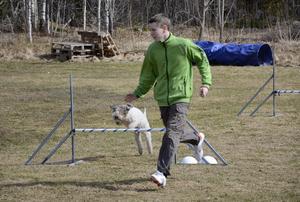 Hunden Tova är inte så snabb och Joel Oscarsson säger att han måste anpassa sig efter sin fyrfota vän för att det ska fungera bra.