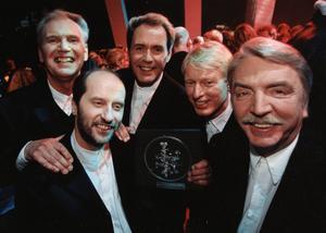 Sten & Stanley 1987. Fr. v: Ebbe Nilsson Mats Eriksson, Sten Nilsson, Bengt-Olov Söderberg och Vidar Alsterberg stoltserar med sin grammis för 1996 års bästa dansband vid grammisgalan 17:e februari 1987 i Stockholm.
