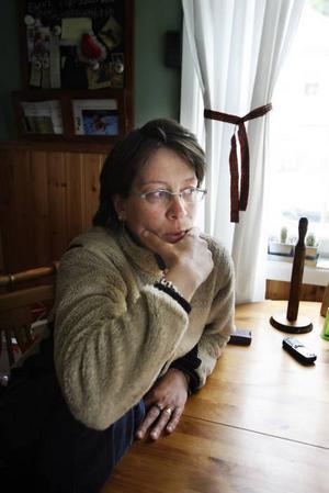 Britt-Marie Hillberg tycker att det känns olustigt och otryggt i området efter nattens skottlossning.