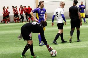 Daniel Bernhardsson styrde upp allt längst bak när Årsunda vann cupen i fotbollshallen på Sörby ip.