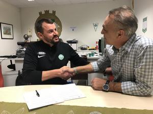 Thomas Gabrielsson och Ado Sadzak. Handslaget betyder ett avtal på 1+1 år till huvudtränaren.