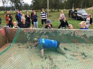 Här tar sig deltagarna lera över huvudet.