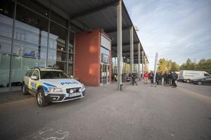 Polisen hade planerat in att berätta om sin verksamhet för niondeklassarna. Men efter bråk mellan elever utanför arenan fick polisen även agera skarpt och förhöra målsäganden som utsatts för lindrig våld.