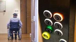Skribenten fick ställa in läkarbesöket för sin pappa när hissen på Norra kajens äldreboende var ur funktion. Bilder: Pontus Lundahl/TT / Robin Haldert/TT