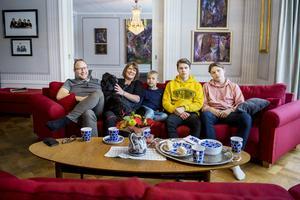 Maria och Lars Banér säljer sin stora villa i Norrberge för att flytta till Fuengirola i Spanien tillsammans med sönerna Wilmer, 15 år, Wilgot, 14 år och Wictor, 7 år. Hunden Iris ska också med.