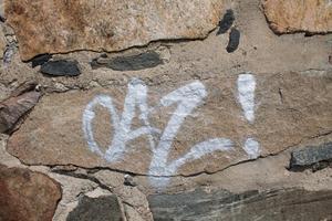 Signatur på kyrkans murade yttervägg.