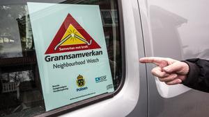 När personerna i Grannsamverkan gör sina kollar i området har de skylten upplyst i bilen så grannarna ser när de kommer.