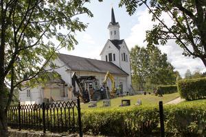 Los kyrkas exteriör förändras, då tillbygget på sakristian försvinner.