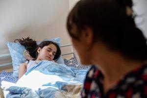 Mamma Bahar mår väldigt dåligt över att nu ha två döttrar i samma situation.