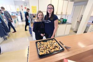 Anni Edlund och Elwira Ström Pellrud men en god sockerkaka innehållande blåbär och hallon.