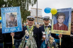 Måns Berglöf och Edvin Wahlund, elprogrammet, var på gott humör – dels för att de tagit studenten, men också för att de skaffat sig jobb som börjar redan på måndag.