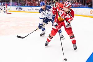 Mathias Bromé håller undan pucken för Leksands Filip Johansson. Foto: Daniel Eriksson/Bildbyrån