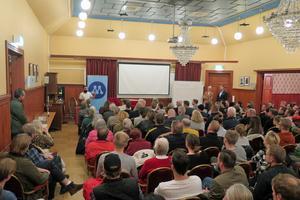 Över 150 kom för att lyssna på Hanif Bali (M).