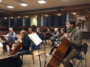Södertälje symfoniorkester repeterar inför en konsert.