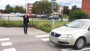 Bilister kör förbi reportern och fotgängaren Wilhelm Hultin på ett obevakat övergångsställe trots att han visar med hela handen att han har företräde och vill gå över gatan.