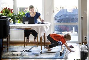 Det är inte okej att arbetsplatser är så hårt slimmade att föräldrar känner sig tvingade att jobba hemifrån i stället för att vabba. Det menar fackförbundet Unionens regionchef. Foto: Pontus Lundahl/TT