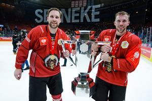 Viktor Ekbom, tillsammans med lagkamraten Anders Grönlund, firar Frölundas CHL-titel. Bild: Mathias Bergeld/Bildbyrån