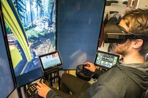 Kim Karlsson har satt på sig glasögon så att allt han gör med simulatorn blir i virtuell 3D-miljö.  Foto: Bengt Pettersson