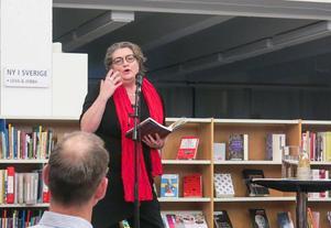 Så här kan det se ut när poesi läses från en scen. Bilden är tagen från Kulturcentrum i Gävle när Katarina Dahlgren med flera läste sina texter i våras. Bild: Kristian Ekenberg