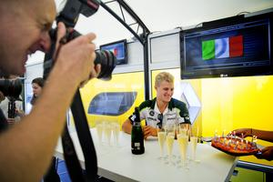 2014: Det bjöds på pizzatårta när Marcus fyllde år på Monza i Italien. Men han fick varken dricka champagne eller hugga in på pizzan under sin födelsedagsfest då han inte ville gå upp i vikt inför det kommande racet. Arkivfoto: Veronika Ljung-Nielsen