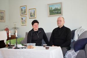 Lena Gerhardsson och Jan-Erik Wibäck i sitt hus i Gräddö. Någon ström har de fortfarande inte och belysningen sker genom levande ljus.