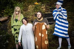 Leksakerna som Dunderklumpen tar med sig i sin näverkont: Dockan (Miriam Forsberg), Pellegnillot (Anna Ulin), Lejonell (Joakim Färdig) och En-dum-en (Jonas Jonsson)