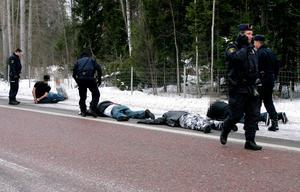 Ur Gefle Dagblad februari 2007:Kampen mellan kriminella mc-gäng i Gästrikland har tagit fart igen. Eller blossat upp. Sju Bandidosmedlemmar greps efter inbrott och omfattande skadegörelse i Outlaws klubbhus i Storvik på söndagen. Gripandet föregicks av en dramatisk motorvägsjakt som påbörjades på E16 mellan Sandviken och Forsbacka för att avslutas på E4:an i höjd med Älvkarleby.