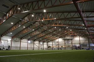 BSM-hallen i Borlänge. Just den här hallen rymmer en plan för niomanna-fotboll och kostade uppskattningsvis 35-40 miljoner kronor att bygga.