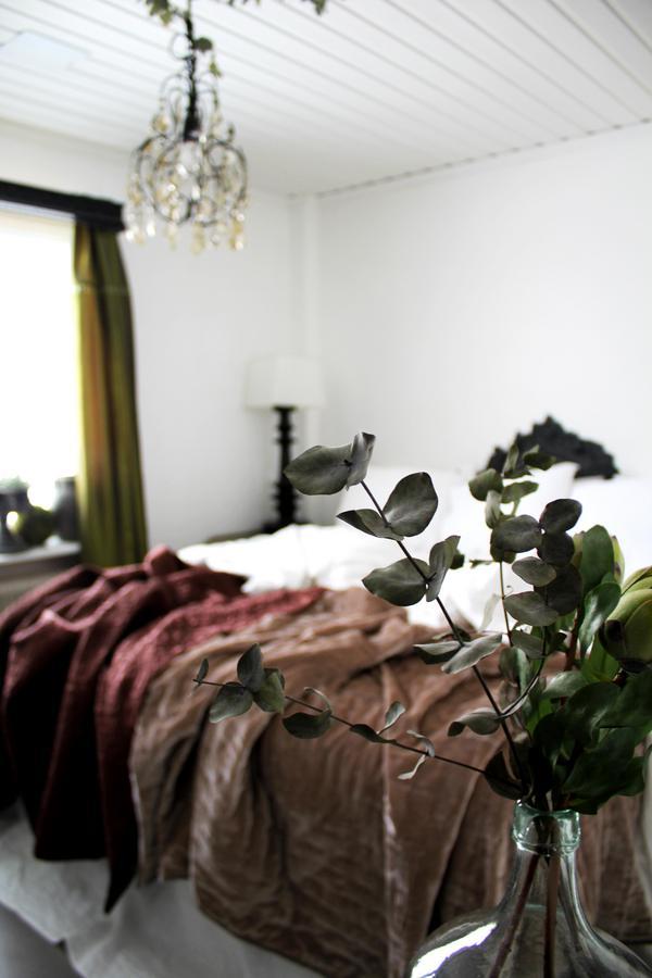 Lotta gillar en säng som är bäddad med lite