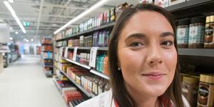"""""""Jag upplever att det är stor nyfikenhet kring butiken. Många går förbi och tittar in, så vi brukar vinka på dem"""", säger Hanna Lundberg, butikschef på Hemköp på Öster Mälarstrand."""
