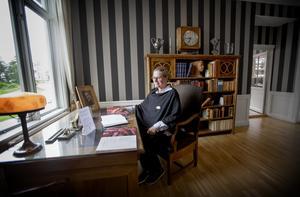 Vd Jeanette Svensson sitter vid Hjalmar Brantings skrivbord. Det är just Bommersviks historia som är viktig att föra vidare, menar hon.