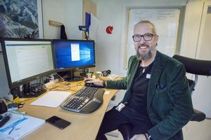 Från sitt skrivbord kan Måns Lööf  hålla bättre koll på sina patienter och snabbt se om värdena föranleder en förändring i medicineringen.