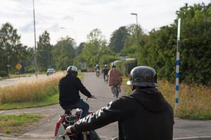 Veteranmopeder får köra på cykelvägar, vilket gör turerna mycket trevligare, berättar förarna.
