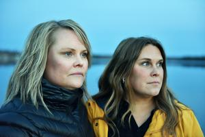 Carina och Annelie Linhein med Siljan i bakgrunden.