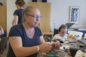 Charlotta Didriksdotter har varit med på Bäckedals silversmideskurs flera gånger. Halsbandet, armbandet och örhängena är egentillverkade smycken.