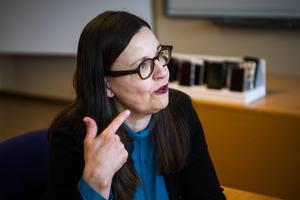 Gymnasieminister Anna Ekström (S) borde överväga att korta sommarlovet.