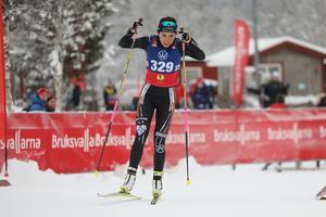 Skidskytten Bettan Högberg smygstartade säsongen i Bruksvallarna under lördagen när hon vann damernas distans överlägset.