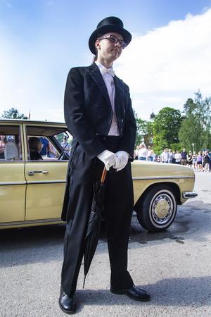 Den här finklädda herrn var redo med paraplyet i fall himlen skulle öppna sig.