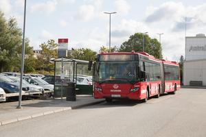 Bussen mellan pendeltågsstationen i Östertälje och Astra Zenecas anläggning i Gärtuna blir ofta överfull i morgonrusningen.