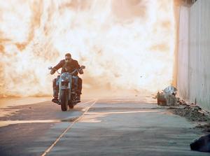 John Connor flyr skyddat av sin terminator genom Los Angeles gator. Foto: StudioCanal