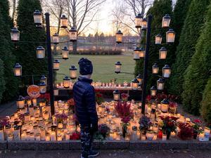 Här kommer en bild på min 6-åriga son från gårdagens besök vid minneslunden vid Ljusdals kyrka. Foto: Frida Svensk