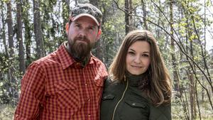 Jonas och Therese Landolsi flyttade till Riddarhyttan från Stockholm för tre år sedan. På gården har de sitt bushcraft-center där de täcker in samtliga ämnen inom bushcraft.