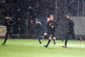 Det var riktigt ruskigt väder på Solid Park Arena när VSK Fotboll gjorde säsongens första träning.