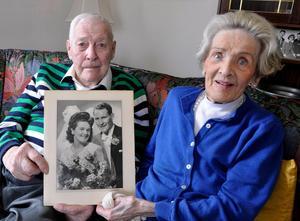 Lars-Erik och May Olsson var gifta i nära 72 år och ett par i 77. Här tillsammans på en bild inför 70-årsfirandet av giftermålet från 21/4 1946. Det blev en minnesvärd intervju och kärlek – och massor av idrott.