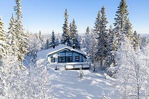 Fjällstuga högt belägen på Gubbmyren, ca tre kilometer till närmsta skidanläggning. Stugan har en boarea om ca 59 kvm + loft. Foto: Anders Forsberg
