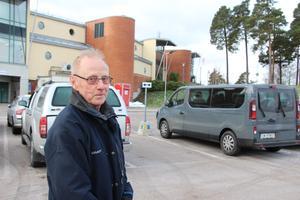 Bosse Ljunggren har tagit bilen från Bomhus för att träna på Fjärran Höjder. Han ser till att vara vid Fjärran före klockan nio på morgonen för att ha möjlighet att få en parkeringsplats.