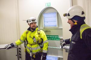 Peter Edin, personalansvarig, pratar med teknikern Stefan Gunnarsson. De står på entréplanet i vindkraftverk nummer 53 i Jädraåsparken.