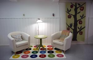En del av nya samlingsrummet. Pläden och väggbonaden har Annika Hedlund gjort.