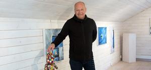 Anders H Svedin  med en skulpterad nalle som han gjort till minne av Bengt Lindström. Annars är han oftast mildare i sin färgskala. Men nallen som motiv följer honom.
