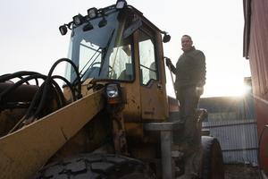 Han jobbar på Sjöbergs järn & plåt i Sandviken, där han bland annat kör grävmaskin och väger metaller.